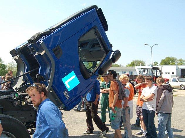Borská střední škola dostala nový nákladní automobil