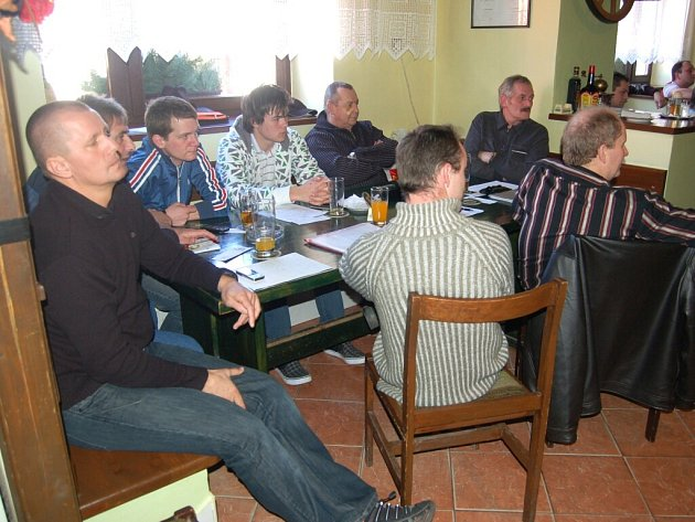 FOTBALOVÍ ROZHODČÍ naslouchají při jarním semináři výkladu o taktice řízení utkání.