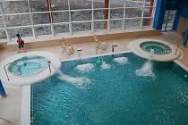 Nové wellness centrum s bazénem, vířivkami, saunami, masážním centrem slouží lázeňským hostům i veřejnosti v centru Konstantinových Lázní.