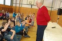 Škola umožňuje svým žákům také setkávání s různými osobnostmi. V posledních třech letech to byly například tři besedy s českými olympijskými reprezentanty ze šedesátých let – střelcem Janem Kůrkou, kanoistou Janem Jiráněm (foto) či s Jaroslavou Řezáčovou.