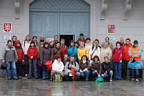 NA STARTU POCHODU. Čtyřicítka zaměstnanců tachovského městského úřadu se vydala v pátek na krátkou společnou vycházku.