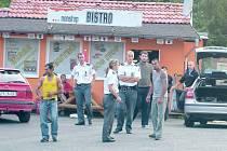 Nejdříve Romové zmlátili dvaadvacetiletého mladíka, pak se vypravili i na novináře.