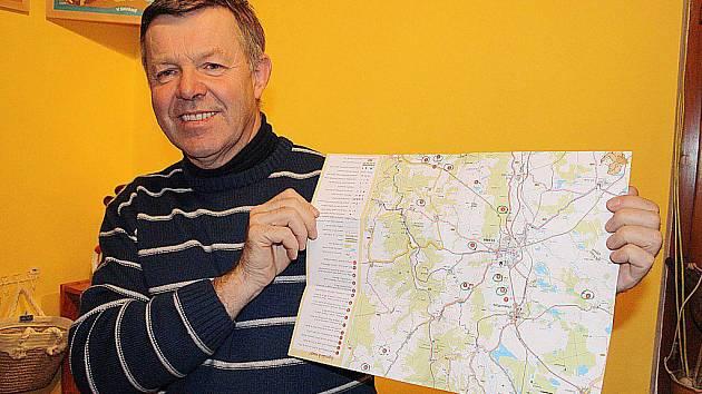MAPKA ADOPTOVANÝCH PAMÁTEK. Miloslav Antropius ukazuje mapu, kde je vyznačeno patnáct kamenných památek o které je už postaráno. Místní lidé si je vzali k adopci.