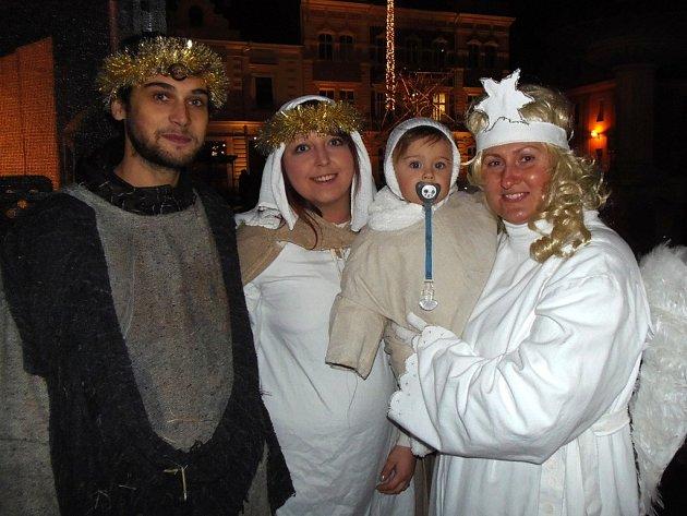 Děti šly s lampióny za Divochy, ti jim zahráli pověst o Betlemě