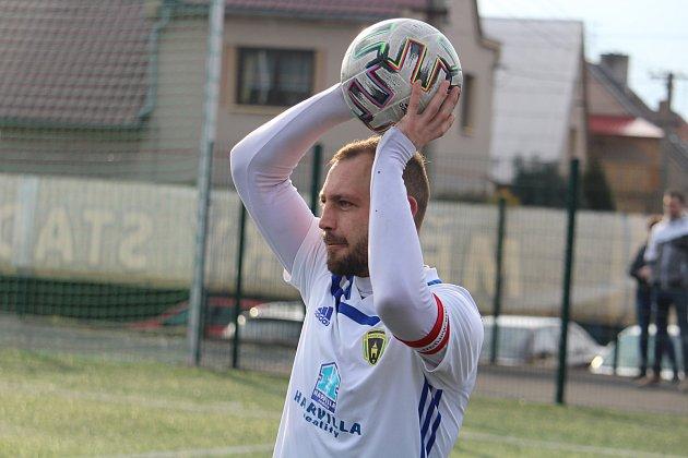 Kapitán Radek Hřebík sice přivedl svůj tým kbodům na hřišti Horní Břízy, ale tím mu fotbalové jaro zatím skončilo.