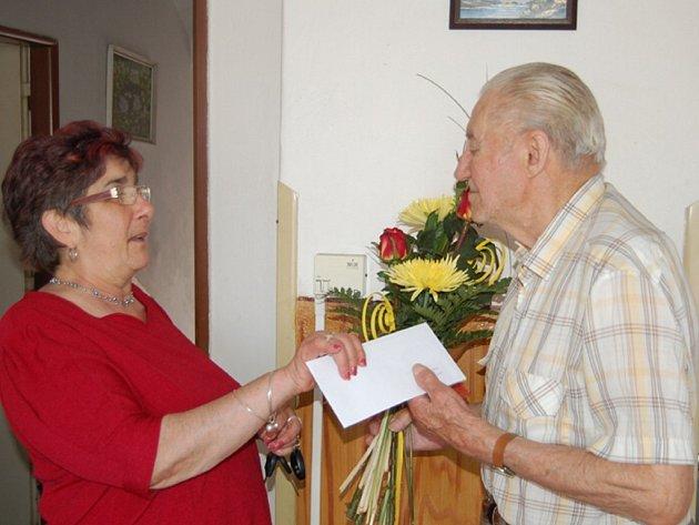 Ladislav Tomek přijal gratulaci i od předsedkyně tachovského Sboru pro občanské záležitosti Anny Báčové (oba na snímku).