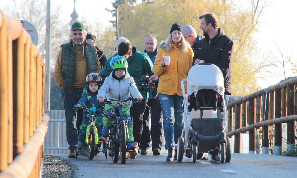 Na novou stezku se po slavnostním otevření vydali cyklisté i pěší rodiče s dětmi.