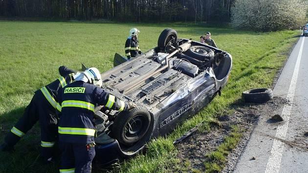 KE DVĚMA NEHODÁM vyjížděli o víkendu hasiči na Tachovsku. U Milíkova se auto převrátilo na střechu.
