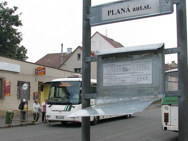 Po útoku vandalů zůstal z vývěsky jízdního řádu jen ohnutý a nepoužitelný plech. Autobusová stanice je také místem, kde se schází plánská omladina.
