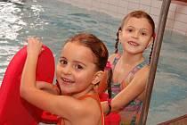 Plavání v tachovském bazénu si užívaly děti ze Základní a mateřské školy v Chodové Plané.