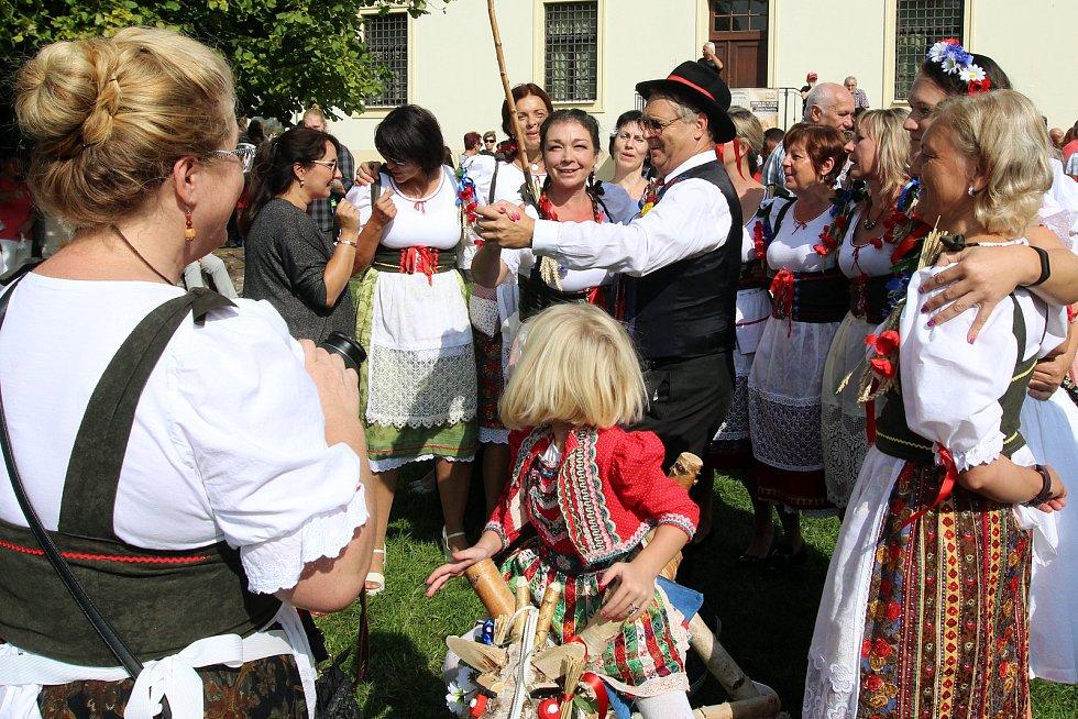 Tradiční Dožínky Plzeňského kraje se v letošním roce konaly v Tachově. Dožínkový průvod prošel městem až na zaplněné náměstí.