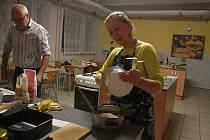 Veganská banánová buchta právě vzniká v podání Evy Hanišové.
