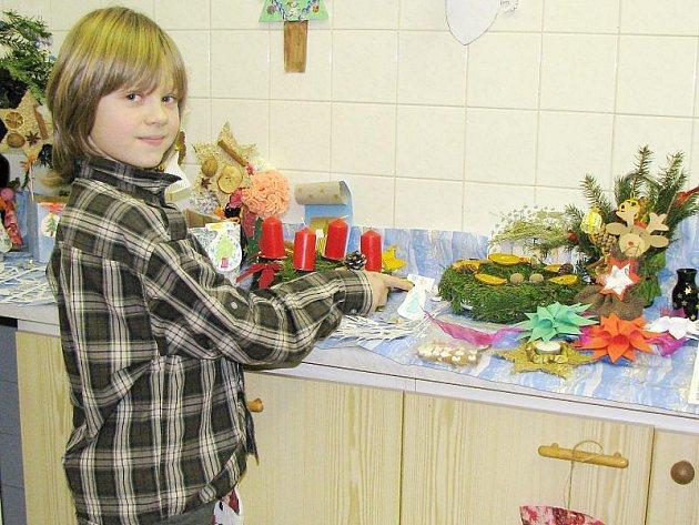 Petr Mudra ze Základní školy Kostelní ukazuje výrobek, který sám vytvořil.