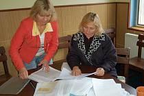 O POZEMEK U TŘEMEŠNÉHO žádají Marie Kořínková (vlevo), Anita Kletečková (vpravo) a další zájemci marně už několik let. Nyní čekají na verdikt Nejvyššího soudu ČR.