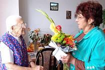 Anna Mrvíková oslavila v pondělí 90. narozeniny. DO Penzionu v Tachově jí přišla pogratulovat zástupkyně sboru pro občanské záležitosti Anna Báčová.