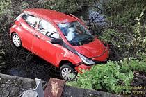 Havárie auta mezi Annenským a Labutím rybníkem nedaleko Plané.
