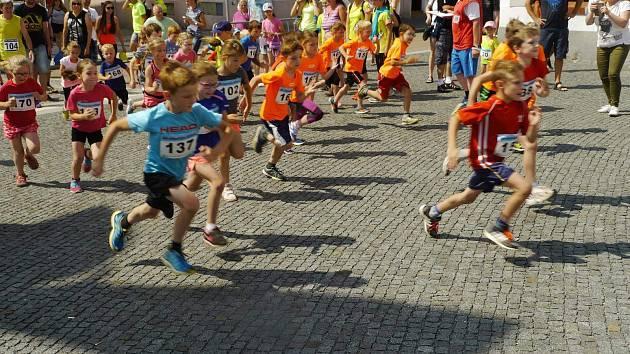 Start dětské kategorie loňského Běhu historickým Stříbrem – memoriálu Petra Bursíka.