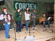 V rámci osudových osmiček ve Stříbře zahrála kapela Corchen irské melodie na břehu Mže