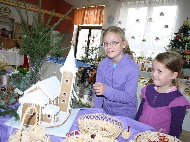 Kristýnka a Verunka z Teplé si přišly prohlédnout vánoční výstavu.