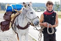 Novodobý poutník prošel o víkendu přes Tachovsko a se svým oslem Phebem se zastavil v Černošíně a v Plané.