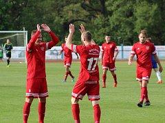Fotbalisté FK Tachov (v červených dresech) potvrdili v sobotu roli favorita a porazili v České fotbalové lize tým Hořovicka 4:1.