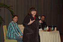 URŠULA KLUKOVÁ společně se Šimonem Pečenkou (vpravo) a Josefem Hejcmanem vystoupila v tachovském kině Mže.