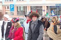 PRŮVOD MASEK PROŠEL TACHOVEM. Ani místní pamětníci si nevzpomínají na takový průvod masek, který se v sobotu vydal na pochod Tachovem. Jak je vidět z našeho snímku, mezi maškarami jsme mohli vidět čerty, čarodějnice nebo klauny.