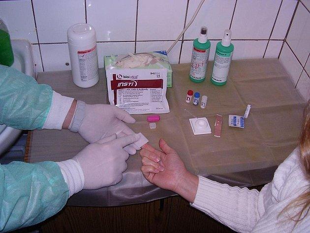 TESTOVÁNÍ. Ve čtvrtek se v Tachově mohli zájemci podrobit testům na virus HIV a žloutenky v krvi.