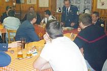 VALNÁ HROMADA. Dobrovolní hasiči z Lesné při výroční valné hromadě, která se konala v klubovně sboru.