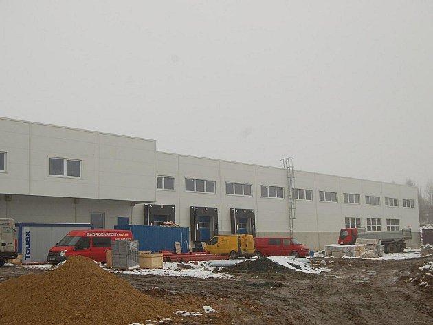NOVÁ HALA je stavebně dokončena, v současnosti se upravuje okolí a instalují nové technologie. Rozšiřovat se bude také sociální zařízení a kantýna.