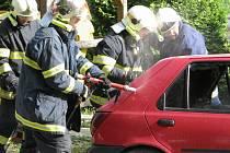 Dobrovolní hasiči z Chodové Plané likvidují požár osobního vozu.