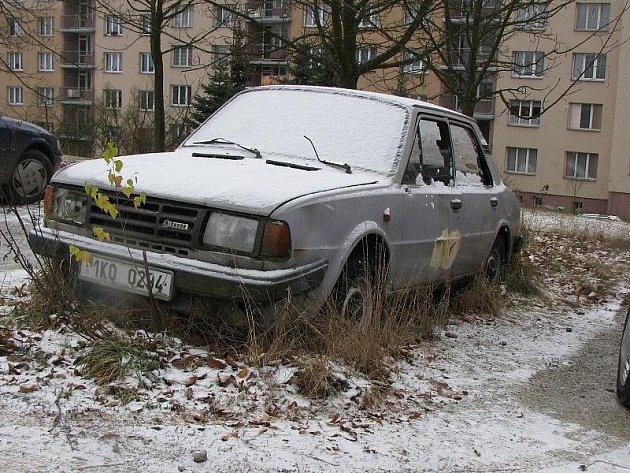 V Bělojarské ulici v Tachově nemají parkoviště, parkovací místa zabírají odstavené autovraky.