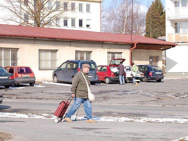 Ještě letos by měla na tomto místě v Bělojarské ulici vzniknout nová parkovací místa.