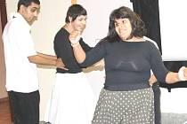 Uživatelé Domova pro osoby se zdravotním postižením v Milířích si připravili pro návštěvníky ukázku tanečního vystoupení na melodie z muzikálu Pomáda.