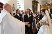 Svatba Evy Strohschneiderové a Petra Spala byla druhou svatbou za uplynulých šedesát let v kostele v Sulislavi. Oddával farář Jiří Hájek.