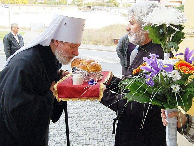 Metropolitu přivítali věřící chlebem