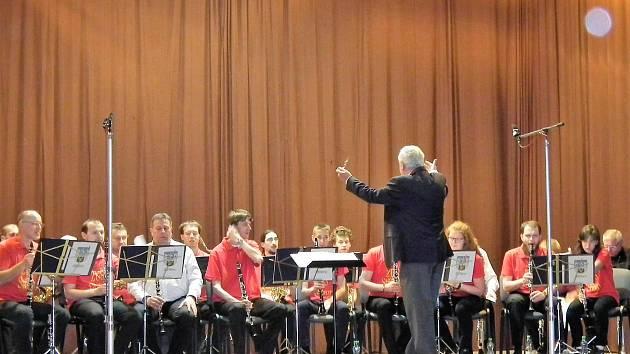 Antonín Bulka diriguje Zlatíčka ze Stříbra na jubilejním XXV. přehlídce mládežnických orchestrů.