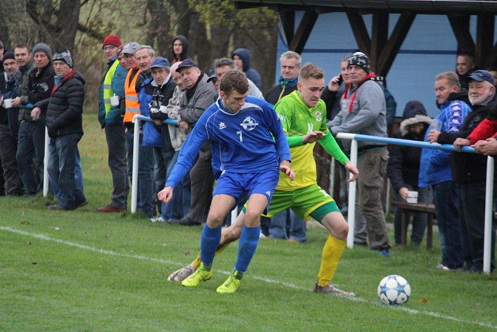 Dva Lukášové! Autor prvního gólu Chodové Plané Lukáš Tonka (vpravo) se snaží proniknout okolo domácího jmenovce Founěho.