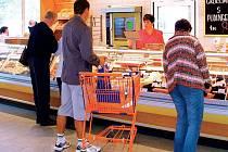 Manažer této prodejny lahůdek v plánském supermarketu své podřízené údajně ponižoval.