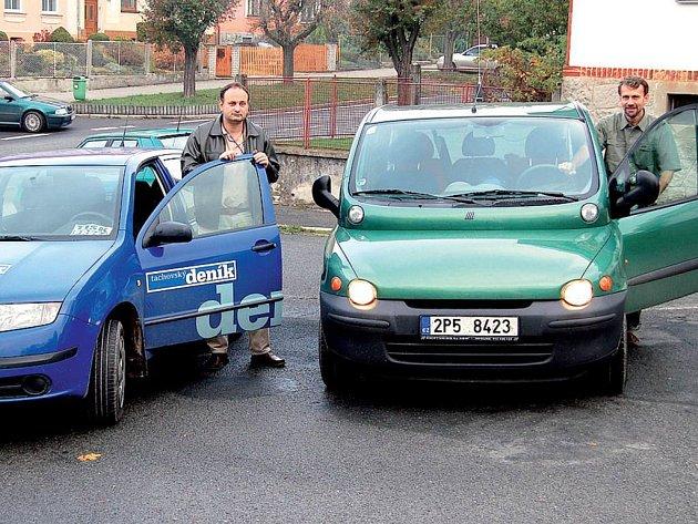 Pátek, půl desáté dopoledne. Jiří Kohout (vlevo) pojede do Stříbra po staré silnici, Antonín Hříbal (vpravo) po dálnici. Která z dopravních tepen bude rychlejší?