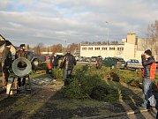 FARMÁŘSKÉ TRHY NABÍDLY vánoční sortiment. Zájem byl především o stromky a cukroví.