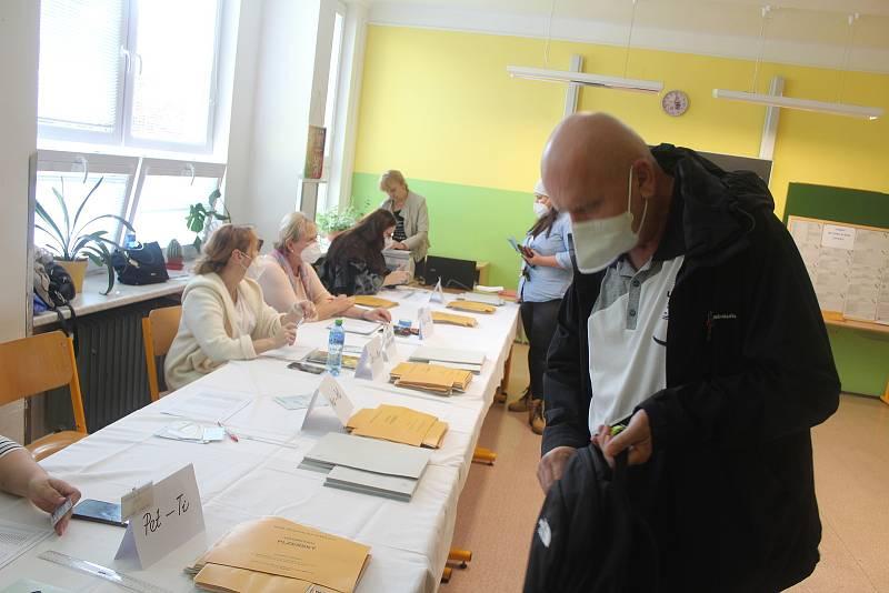 Ve škole v Zárečné ulici jsou volební místnosti pro tři okrsky.