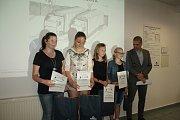 Ocenění malíři a malířky si v Grammeru Tachov převzalidárek a diplom za účast ve výtvarné soutěži.
