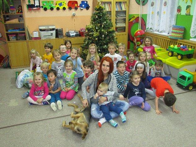 Ve školce přivítaly děti návštěvu, Gabrielu Jägerovou, která se stará o pejsky v Tachově v útulku u Šmudliny.