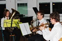 Přes dvě stě posluchačů se vměstnaly do auly stříbrského gymnázia, kde se konal Vánoční koncert žáků ZUŠ Stříbro.