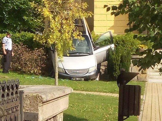 Zfetovaný řidič sjel svozidlem ze zídky.