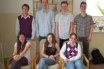 TACHOVŠTÍ GYMNAZISTÉ, kteří reprezentovali na studentském summitu. Na snímku Barbora Vítovcová, Martina Uhlíková, Roksana Ilnytská, Dmitrij Pešl, Jan Kubíček, Jan Mojžíš a Petr Vystropov.