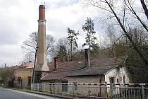 V NABÍDCE NEMOVITOSTÍ, které České dráhy nepotřebují a chtějí je prodat, je například tento obytný domek s komínem ve Stříbře.