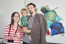 MANŽELÉ VÝTVARNÍCI Eva a Jan Spěváčkovi se synem Vítkem před sobotní vernisáží v Galerii Ve věži v Plané.