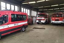 Dočasné zázemí získali hasiči v hale zemědělské firmy.